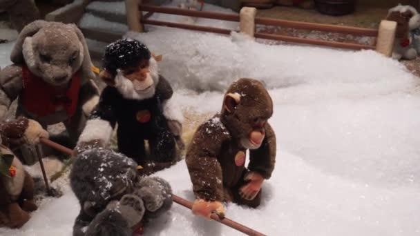 München - 20. November 2018: Spielzeugmechanische Affen necken einen Plüschhasen. Weihnachtsdekoration in der Vitrine.