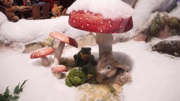 München, Deutschland - 20.11.2018: Ein großes Spielzeug bewegt Hase und zwei Frösche unter einem dekorativen Pilz.