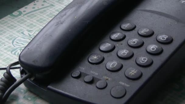 Egy magányos öregember tárcsáz egy számot egy régi fekete telefonon..