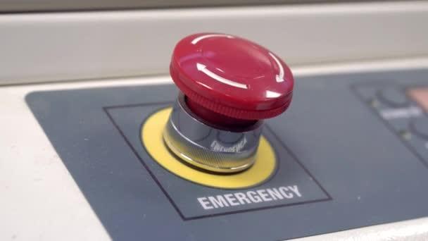 Nahaufnahme des roten Knopfes.