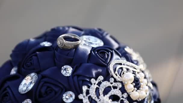 zásnubní prsten na kytici. Detailní záběr - Krásná svatební kytice