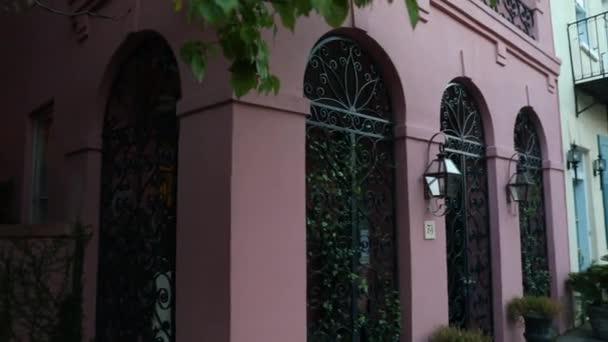 Barevné staré rody. Cihlová budova se spoustou oken