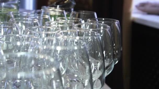 Kristallklare Glasbecher leuchten auf dem Banketttisch