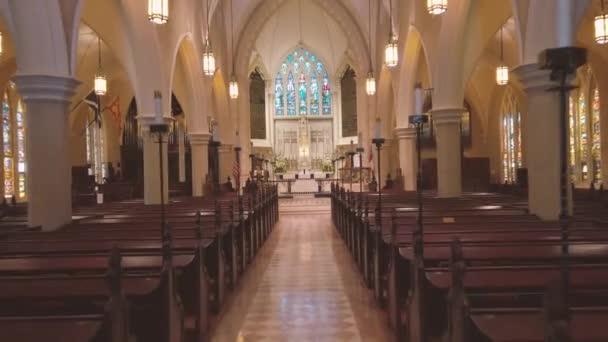 Charleston, Jižní Karolína, USA. Červenec 2019. Okna s barevnými okny do kostela Projděte se. Interiérová architektura 4k