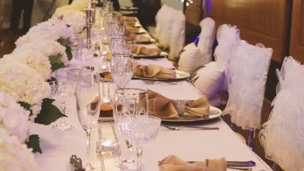 Tische beim Hochzeitsbankett. Hochzeitsdekoration. 4K