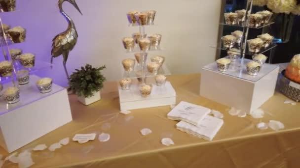 Hochzeit süße Leckereien auf einer beigen Tischdecke. Hochzeitsdessert 4k