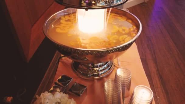 Koktél az ünnepi asztalra. hagyományos spanyol Sangria egy nagy tálban 4k