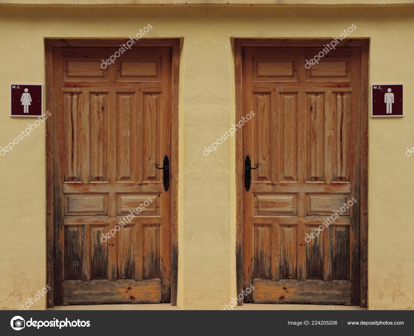 Senales Puertas Madera Bano Cerraron Una Fachada Amarillo Foto De