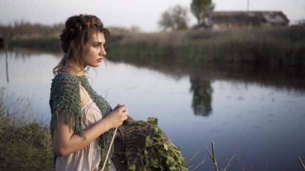 Tündér mese hercegnő menyasszony séta egyedül Enchanted folyó partján Sunset sugarak menyasszony ruha Vintage stílus divat boldog szépség természet koncepció