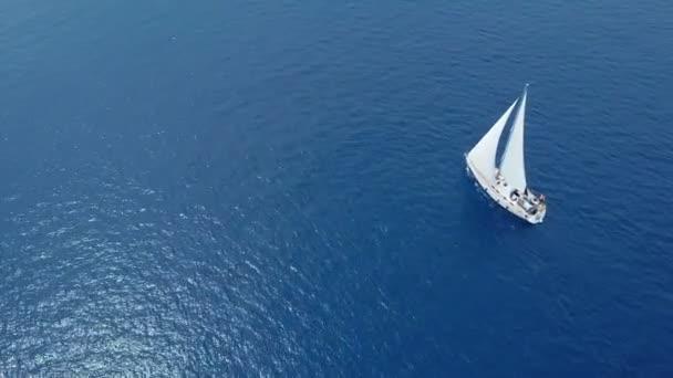 A jacht nyílt tengeren vitorlázik. Vitorlás hajó. Jacht a drónról. Hajós videó. Yacht felülről. Vitorlás hajó a drónról. Vitorlás videó. Jachtozni szeles napokon. Egy jacht. Vitorlás hajó.