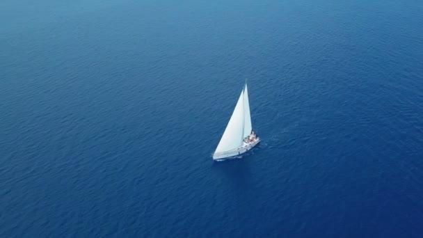 Jachta plující na otevřeném moři. Plachetnice. Jachta z dronu. Jachtařské video. Jachta shora. Plachetnice z dronu. Plachtění videa. Jachting za větrného dne. Jachta. Plachetnice.