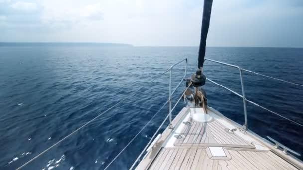 Prohlédni si na jachtě luk plovoucí na moři
