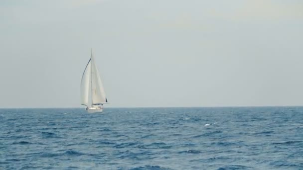 Plachetnice na obzoru v krásné Karibské moře