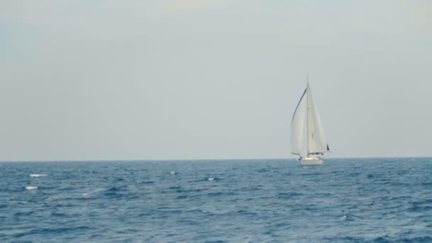 Egy vitorlás hajó, a gyönyörű karibi óceán a láthatáron