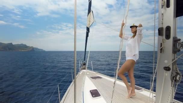 Gyönyörű nő vitorlás a luxus nyaralás életmód boldog kalandtúra