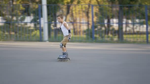 Kleiner Junge, sieben Jahre alt, schiebt sich bergab
