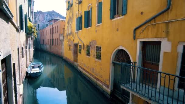 Kanál a barevné domy Benátky, Itálie