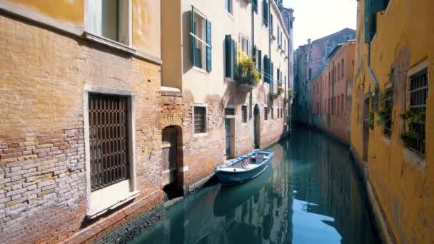 Csatorna és színes házak, Velence, Olaszország