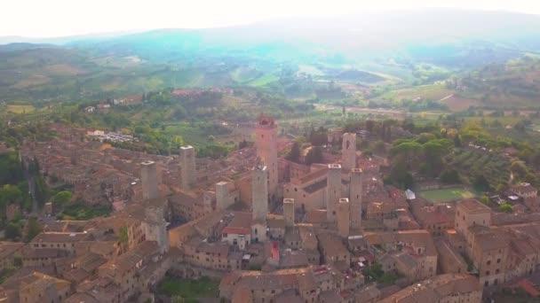 DRONY letecké záběry nádherné vesnice San Gimignano. Světového dědictví Unesco. Toskánsko, Itálie