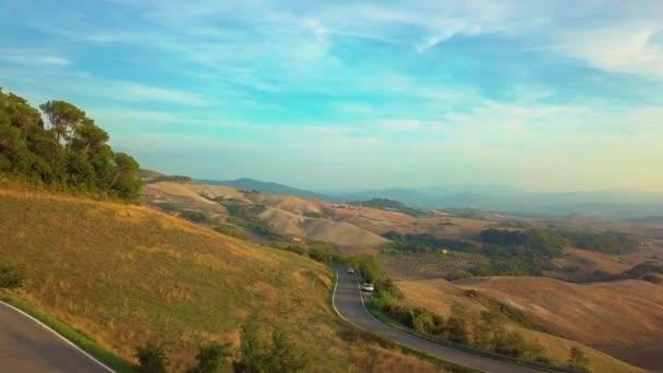 Letecký příroda krajina krásné kopce lesy pole a vinice v oblasti Toskánsko, Itálie
