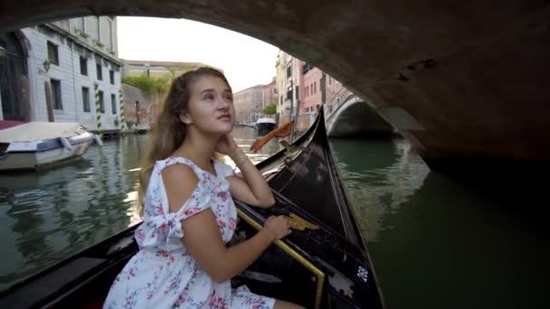Mädchen segelt mit Gondel den Fluss hinunter