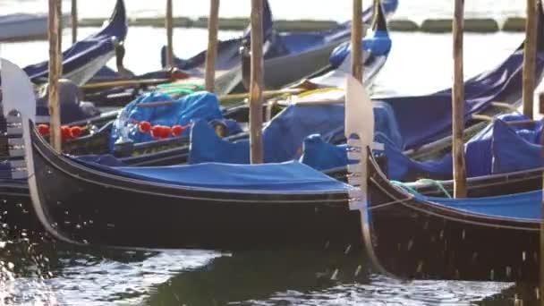 Gondoly při západu slunce světla, Město Benátky v Itálii, Canal Grande