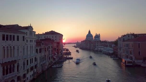 Letecký pohled na Benátky. Malebné videa pořízená za úsvitu.