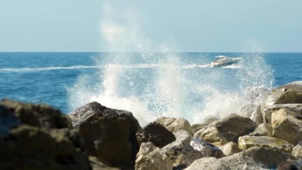 velké vlny na kameny a skály, pomalý pohyb