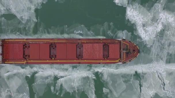 Luftaufnahme des Schiffes, das sich langsam durch Eisschollen bewegt