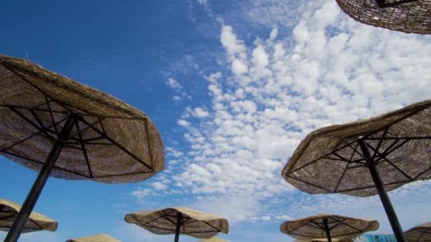 Sonnenschirm über dem Himmel mit Wolken 4k