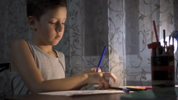 Malý chlapec psaní a kreslení. Dělat domácí úkoly. Dítě. Rozkošný chlapec.