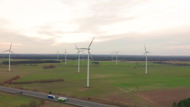 Tecnologia eolica - vista aerea drone sulla produzione di energia - tecnologia verde, una soluzione di energia pulita e rinnovabile, energia eolica, turbina, mulino a vento del mulino a vento.