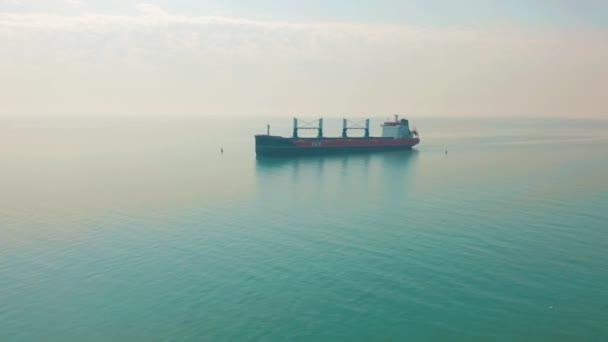 Letecký pohled na obrovskou loď plující v moři