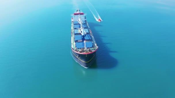 Vzdušný filmová 4k s nákladní lodí na moři