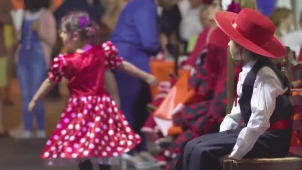 Sevilla, Španělsko-Květen 5, 2019: Španělsko-Flamenco. Děti v tradičních šatech tančících flamenko.