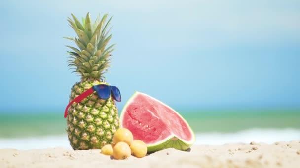 Trópusi nyári termése tengeri háttérrel.