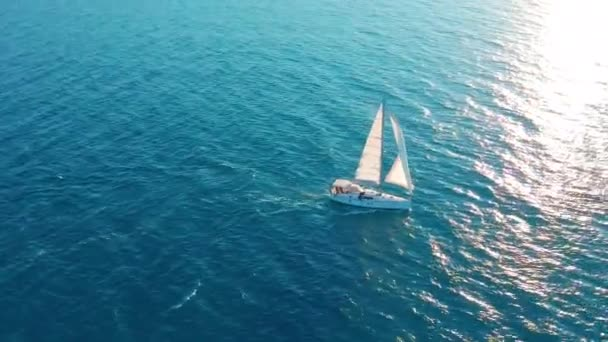 Vitorlás az óceánban. Fehér vitorlás hajó közepén a határtalan óceán. Légifelvétel.