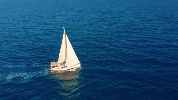 Légifelvétel. Gyönyörű kilátás Yacht vitorláshajó a nyílt tengeren.