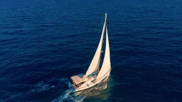 Letecký pohled. Krásný výhled na jachtu na otevřeném moři.