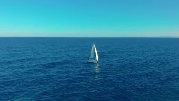 Letecký pohled. Jachtařská plavba na otevřeném moři za slunečného dne.