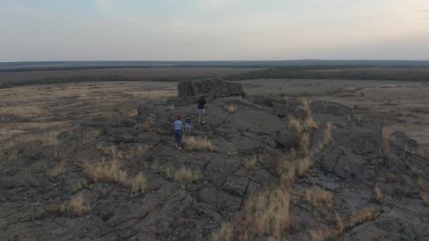 Luftaufnahme. Touristenfamilie. eine Frau und ein Mann mit Sohn klettern auf einem Pfad am Berg.