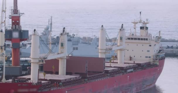Letecký pohled. Panorama lodi nakládající obilí terminál v přístavu. Obiloviny hromadná překládka na plavidlo.