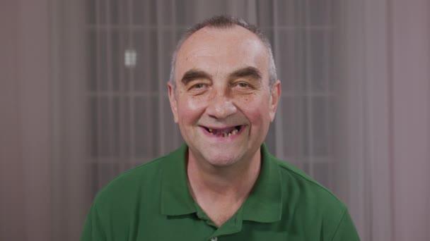 Die Zähne des Mannes fielen aus, gelbe und schwarze Zähne schmerzten. schlechter Zustand der Zähne, Erosion, Karies.