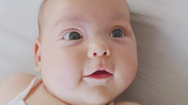 A portré a kamerába mosolyog. aranyos kis csecsemő újszülött csecsemő.