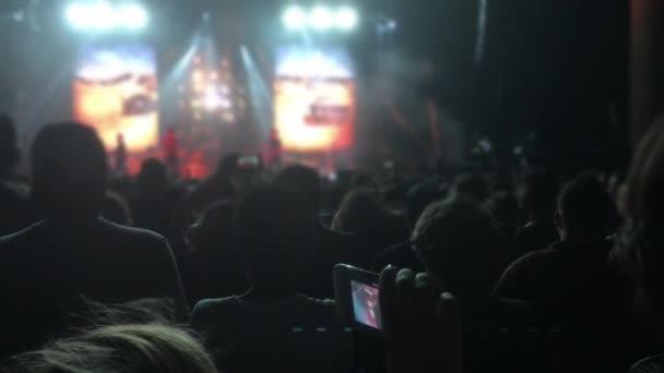 Siluety lidí v jasném světle koncertu 4k