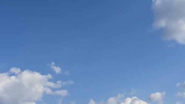 Modrá obloha a bílé mraky