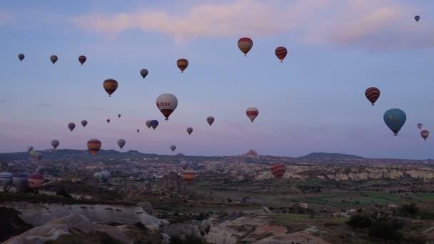 Truthahn, Gänseblümchen - viele Heißluftballons, die über Täler in Goreme, der Türkei, fliegen. Touristen aus aller Welt kommen nach Kappadokien, um eine Reise in einem Heißluftballon zu unternehmen.