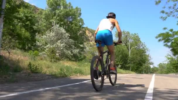 Cyklista je na koni pryč na horské kolo silniční cyklista ekologie