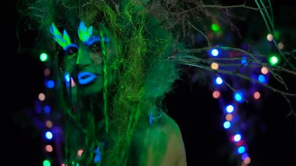 Pimasz, misztikus zöld Driád Uv fluoreszkáló fekete fény-izzó fa a háttérben. Fantasy koncepció.
