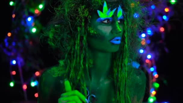 Kíváncsi misztikus zöld Driád Uv fluoreszkáló fekete fény izzó fa a háttérben